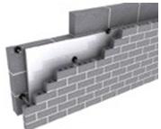 بناء جدارين متوازيين بحيث تركب أنواع العزل الحراري بين فراغ الجدارين حيث تفصل هذه الألواح بين الجدار الخارجي والجدار الداخلي بشكل كامل